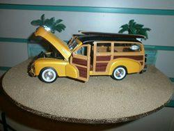 1948 CHEVY WOODY FLEETMASTER W/ 5″ LONG BOARD SURFBOARD & FIN W/ 60'S LOGO 1:24